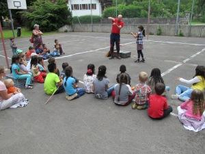 Les tours de magie captivent l'attention des enfants. Photo: Voix d'Exils.
