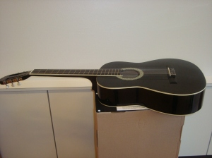 La guitare de Peter Otubuar. Photo: Voix d'Exils.