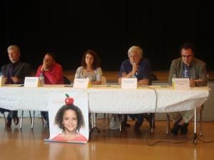 De gauche à droite, le député UDC Pierre Hainard, le conseiller communal Miguel Perez et la modératrice Claude Grimm. Photo: Voix d'Exils