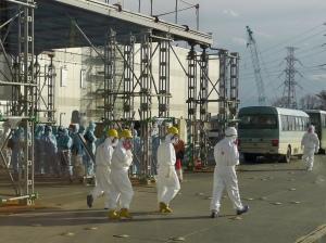 Des travailleurs dans le principal centre de commande du site de Fukushima Daiichi. Photo: IAEA Imagebank (CC BY-NC-ND 2.0)