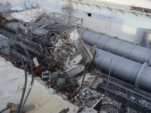 Débris des étages supérieurs de l'Unité 4 de la centrale de Fukushima à côté du bâtiment. Photo: IAEA Imagebak, CC BY-NC-ND 2.0