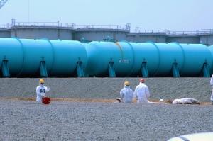 Des employés de TEPCO Fukushima Daiichi Nuclear Power travaillant parmi les citernes de stockage d'eau radioactive de la centrale. Photo: IAEA Imagebank CC BY-NC-ND 2.0.