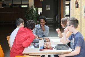 """Marcus jouant au """"Awele"""", un jeu typique de l'Afrique de l'Ouest"""