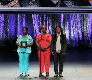 Les trois représentantes du réseau Papillons lors de la remise de la distinction Nansen