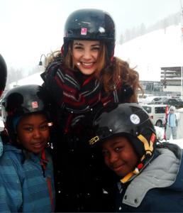 Laeticia Guarino, Miss Suisse en compagnie de requérants d'asile valaisans. Photos: Voix d'Exils