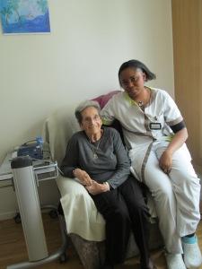 Mme Lydia Pasche, résidente et Laetitia Toh, auxiliaire de santé