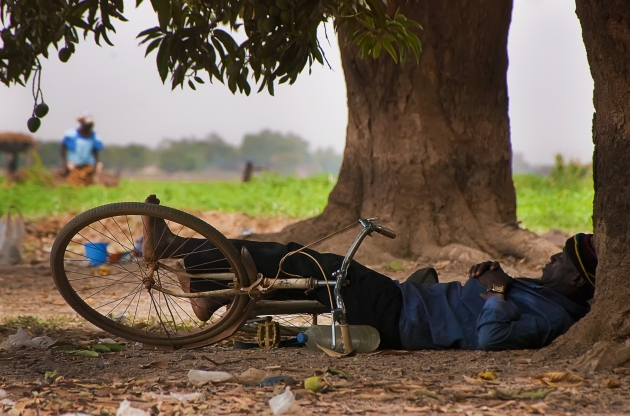 Sleeping man in Ouagadougou. Auteur: Roman Bonnefoy.  This file is licensed under the Creative Commons Attribution-Share Alike 4.0 International, 3.0 Unported, 2.5 Generic, 2.0 Generic and 1.0 Generic license